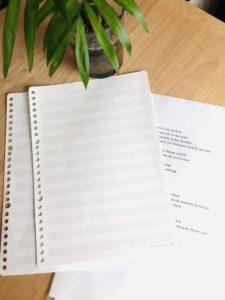 五線紙も使います。歌詞は英語で書きます。